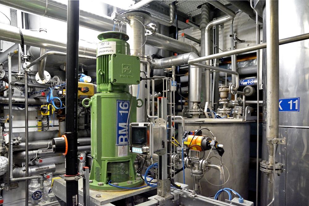 Mehrproduktanlage im Werk Pullach. Auf dem Reaktor der Conti-Anlage ist das Rührgerät (RM 16) angebracht. (Bild: United Initiators)