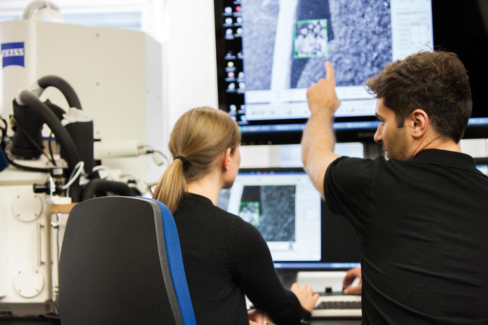 Zeiss bekommt Fehlermeldungen, sobald etwas nicht funktioniert, und kann sogar anhand der laufend eingehenden Daten schon im Vorfeld eines Fehlers reagieren und eine proaktive Wartung ansetzen. Bild: Carl Zeiss Microscopy GmbH