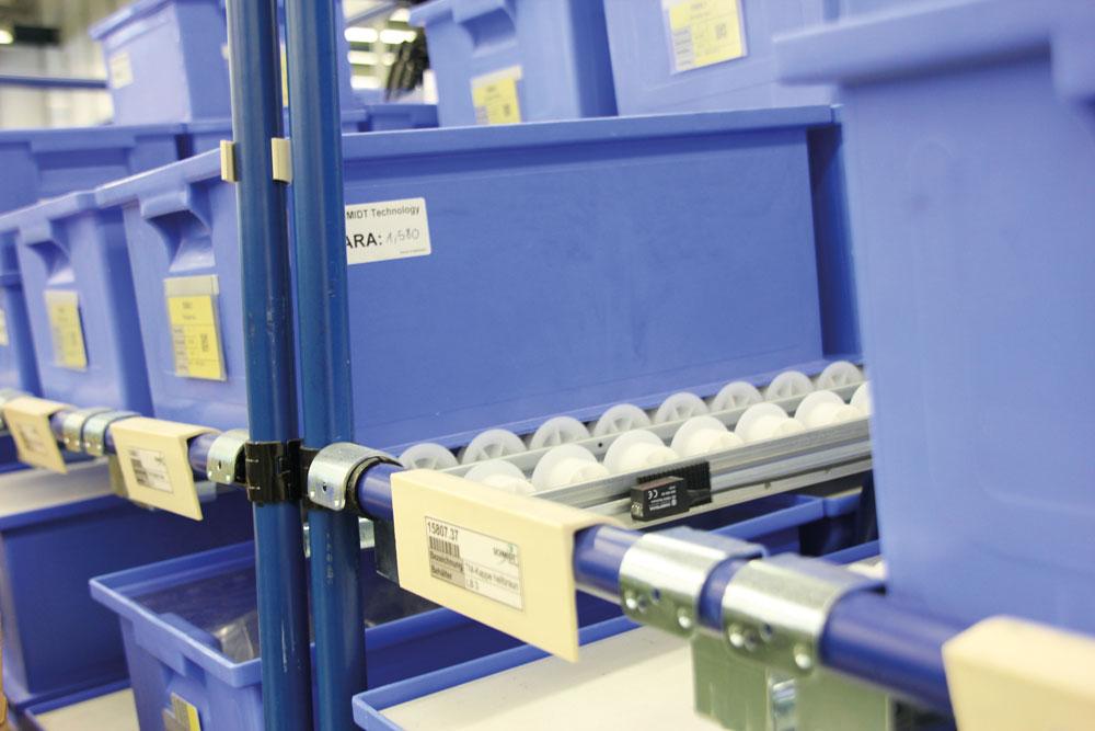 Ein Sensor im FIFO-Regal sorgt für volle Transparenz über den Materialbestand. (Bild: Werma Signaltechnik GmbH & Co. KG)