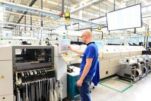 Qualifizierte Mitarbeiter an der smarten Maschine