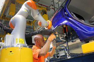Mensch und Maschine arbeiten Hand in Hand