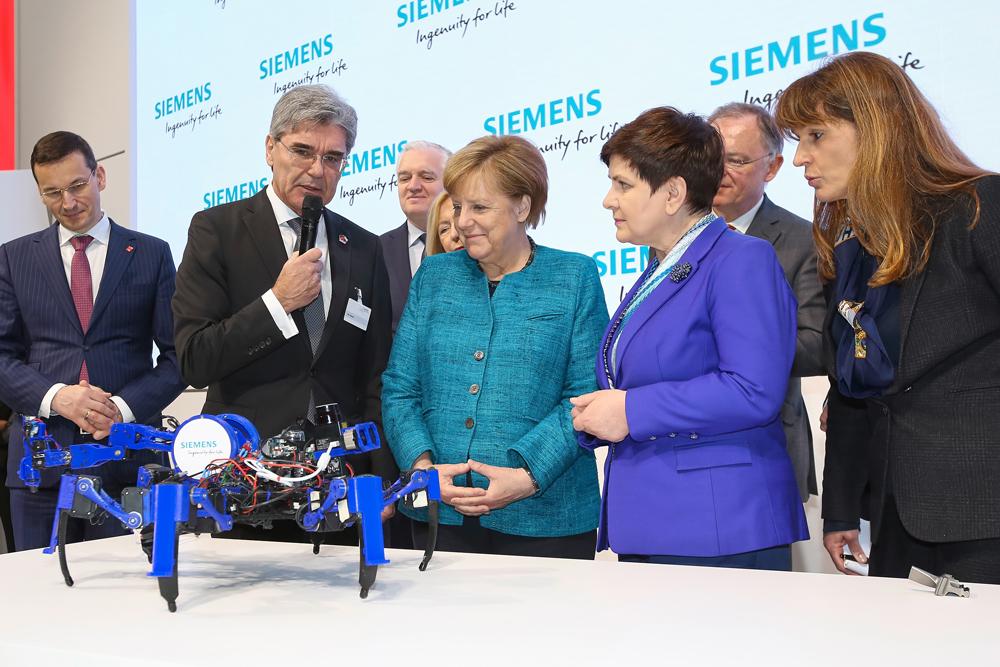 Siemens-CEO Joe Kaeser zeigt Kanzlerin Angela Merkel und Polens Premierministerin Beata Szyd?o einen Spiderbot, den Prototyp eines mobilen Roboters. (Bild: Siemens AG)