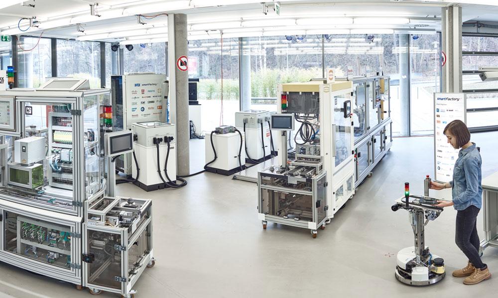 Professor Zühlke und sein Team experimentieren mit der Mensch-Technik-Interaktion für industrielle Einsätze. (Bild: Technologie-Initiative Smartfactory KL / C. Arnoldi)