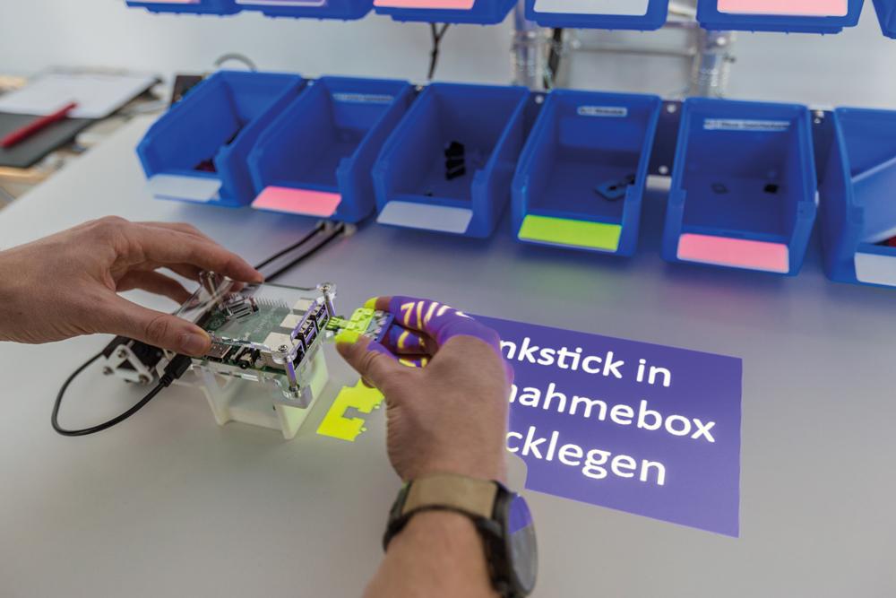 Visualisierungen am Handarbeitsplatz helfen, fehlerfrei zu fertigen. (Bild: Ulixes Robotersysteme GmbH)