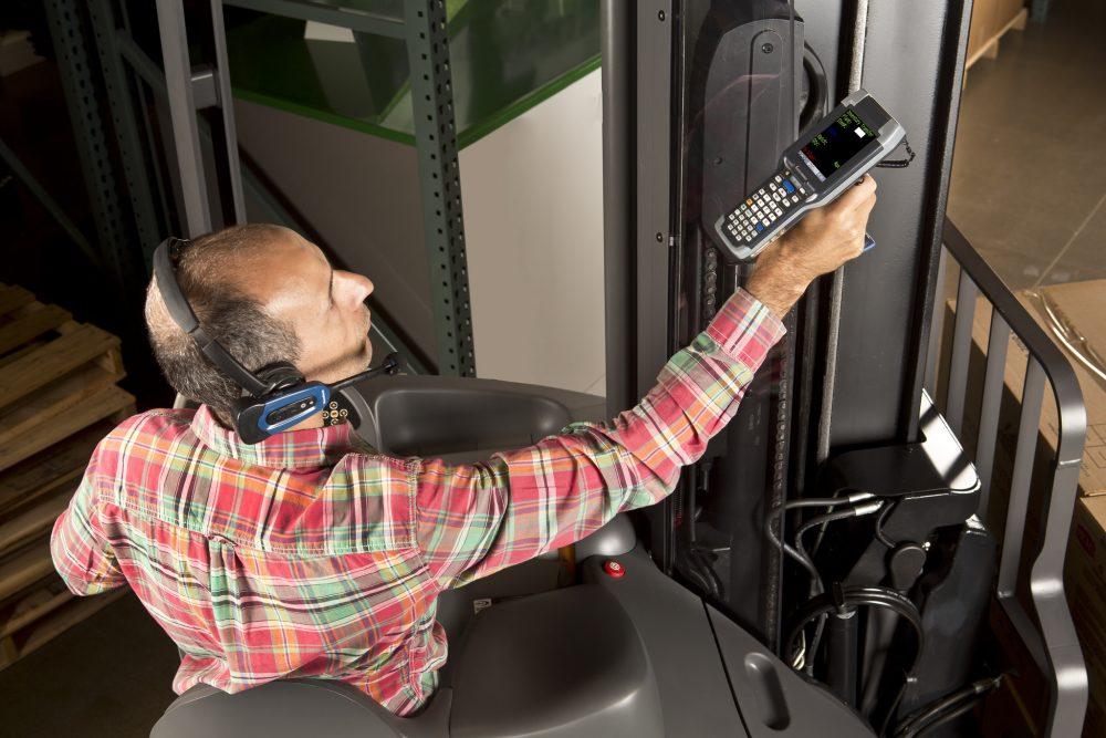 Der kombinierte Einsatz von Kommissionierverfahren wie Voice- und Scanning-Technologie ist gängige Praxis im Lager. (Bild: Honeywell GmbH)