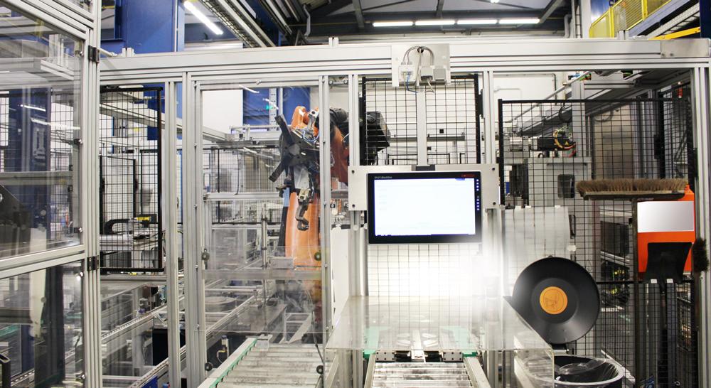 Mit großem, kontrastreichen Display unterstützen die 21-Zoll-Industriecomputer Mitarbeiter bei der Wheel-end-Montage (Bild: BPW Bergische Achsen KG)