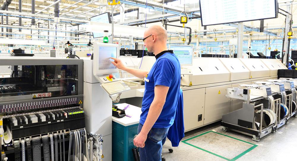 Mit dem Factory Control Center von DSC lässt sich die Brücke zwischen Produktentwicklung und Fertigung schlagen. (Bild: © Industrieblick / Fotolia.com)