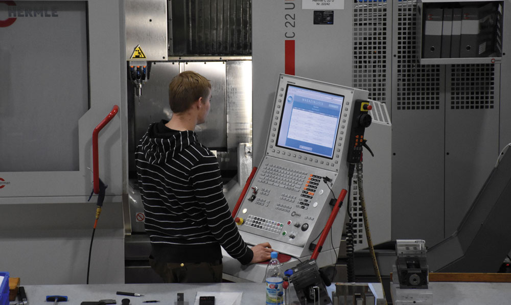 Das Assistenzsystem stellt den Mitarbeitern der NC-Fertigung aufgabenbezogene Oberflächen auf den Maschinenbildschirmen zur Verfügung. (Bild: Maschinenfabrik Reinhausen GmbH)