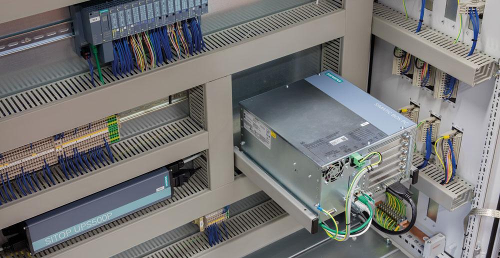 Das Herz der Automatisierungslösung ist ein Simatic IPC 827D Box PC mit dem Software Controller Simatic Winac RTX.