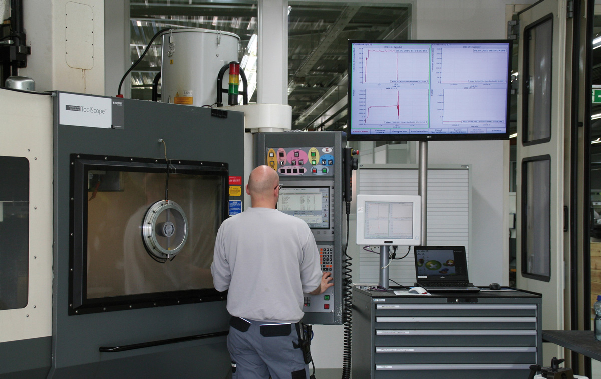 Fernwartung - Techniker am Wartungsterminal einer Maschine.