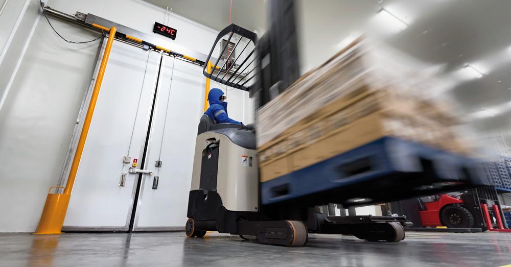 Materialversorgung im Werk: Gabelstapler transportiert Waren-Paletten