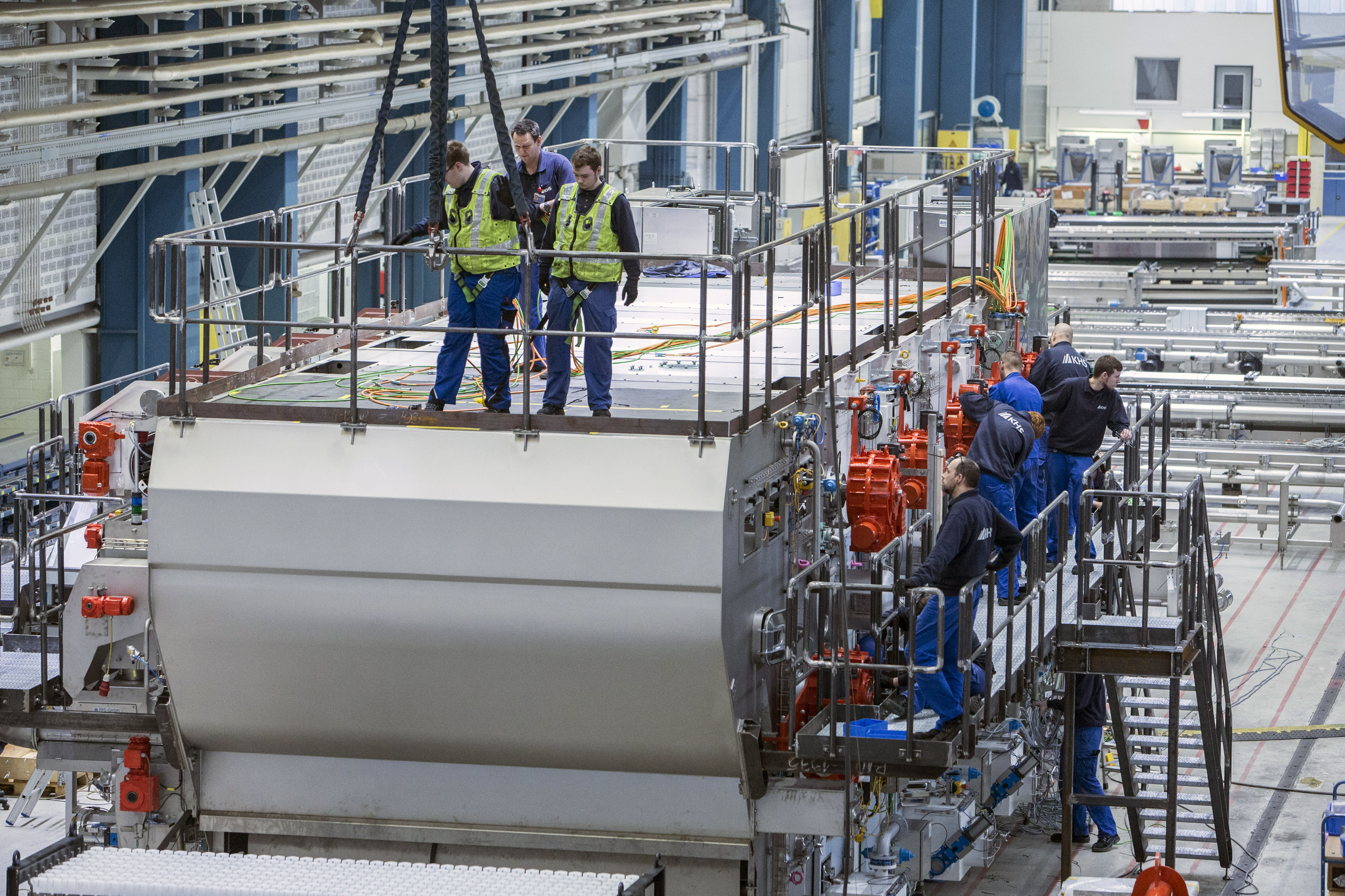Arbeitsplaner im Blick auf die Flaschenreinigungsmaschine in der Montage