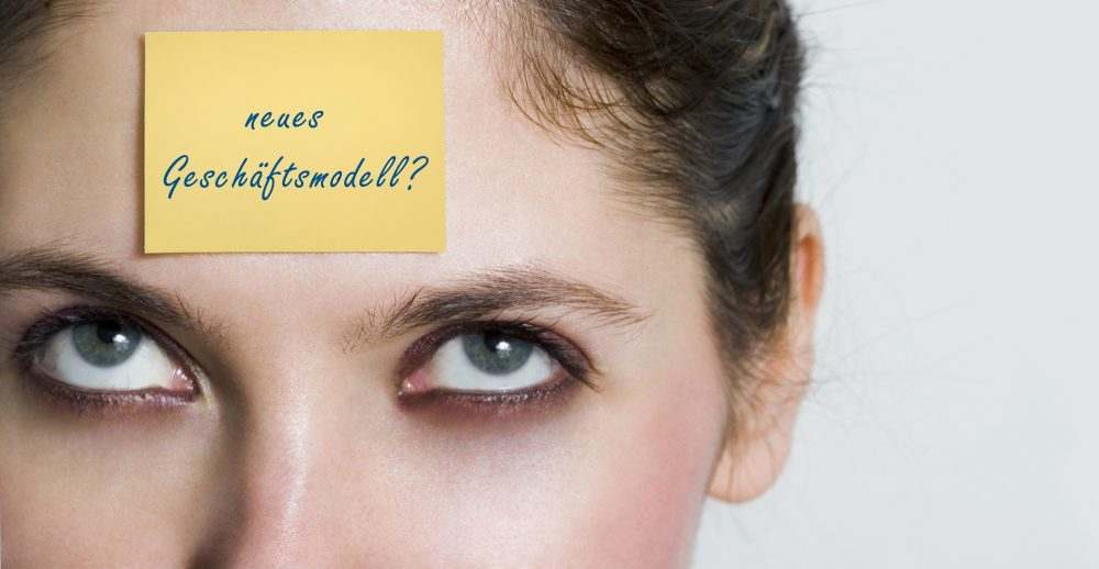 Die Frage 'neues Geschäftsmodell ?' ist auf einer Haftnotiz an der Stirn einer Frau zu lesen. Chatbot die Lösung?