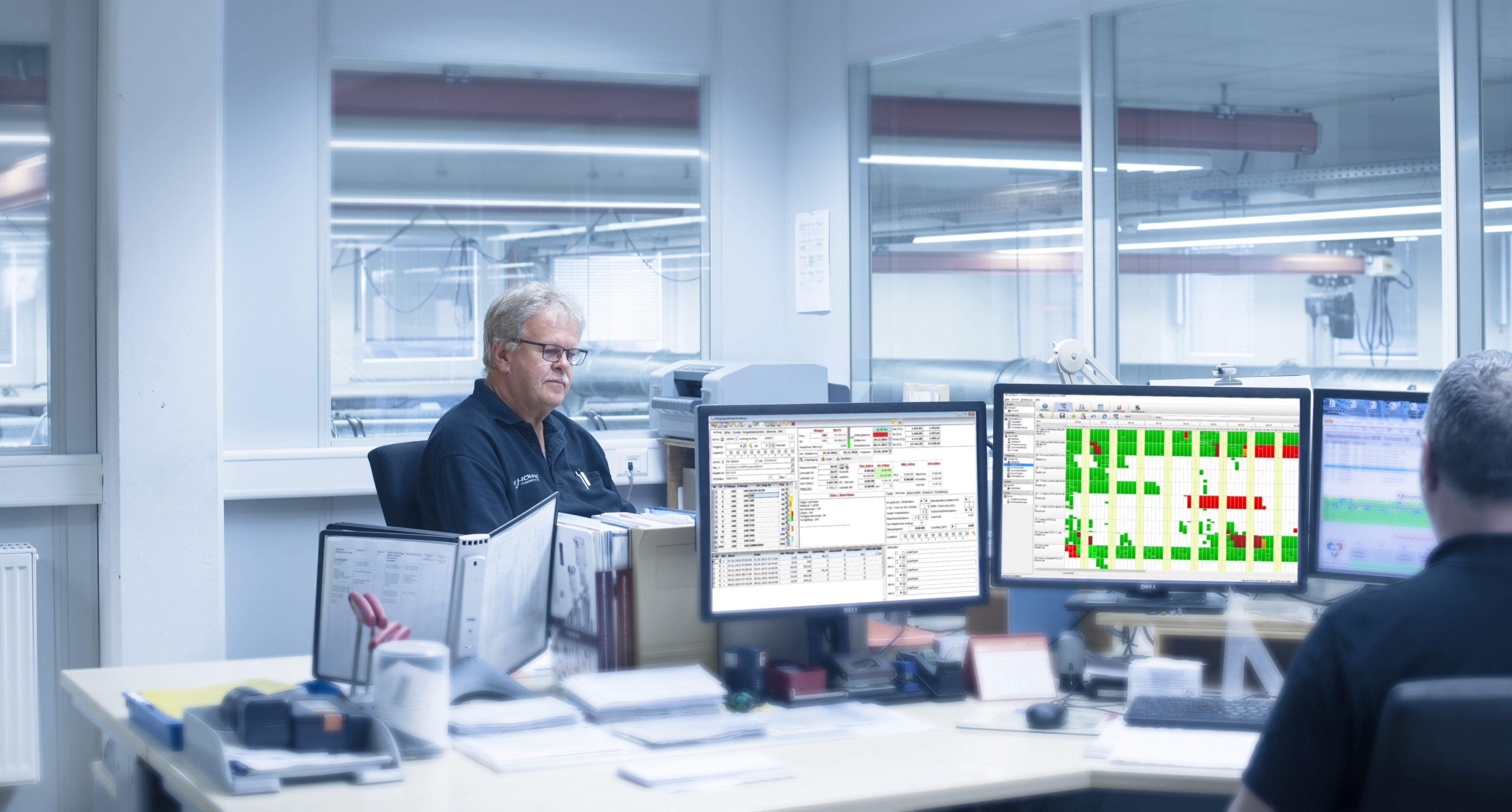 Fertigungsprozesse - Arbeitsvorbereitung auf der Grundlage umfassender Informationen: Am grafischen Leitstand lassen sich Kapazitäten gut Überblicken.