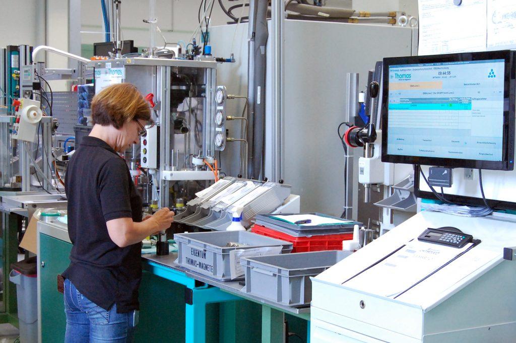 Prozessdaten - Mitarbeiterin fertigt Produkte für Automobil-, Mobilhydraulik- und Medizinbereich.
