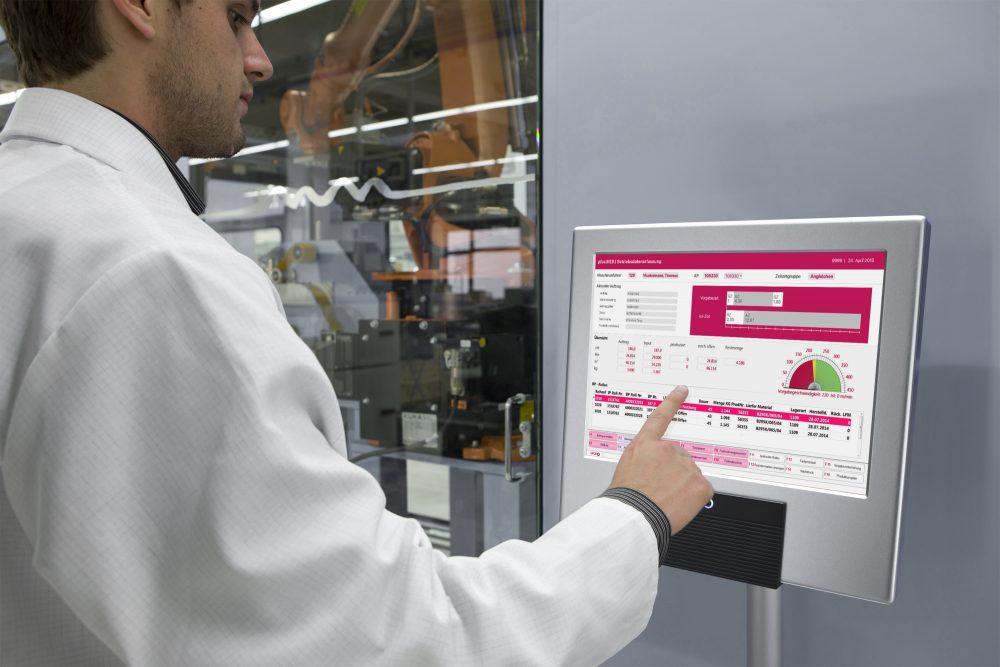 Ein Techniker tätigt manuelle Eingaben auf einem Touch-Desktop. (Bild: GFOS mbH)