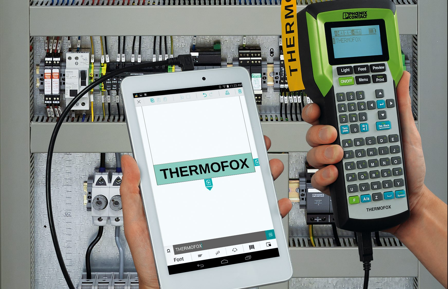 Kennzeichnung via App - Der mobile Handdrucker von Phoenix Contact wird über ein USB-Kabel von der Android-Smartphone-App gesteuert.