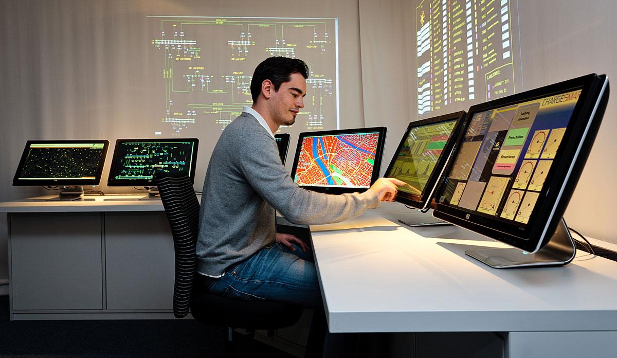Produktintelligenz - Die digitalen Zwillinge aus virtueller und physikalischer Repräsentation stehen online und in Echtzeit miteinander in Verbindung, die zusammen das SAP Enterprise Digital Twin Network bilden. Dieses Netzwerk soll laufend Anregungen für Produktverbesserungen liefern.