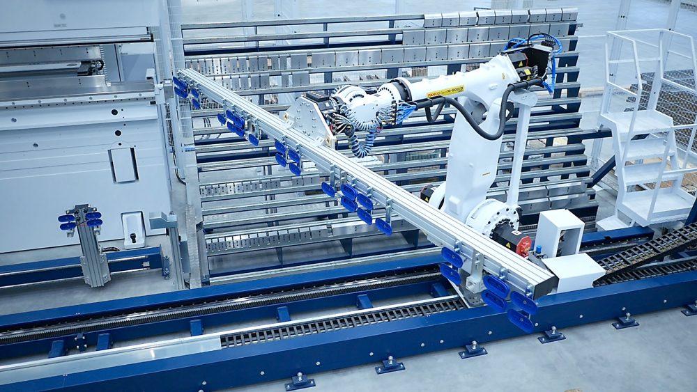 Auf einer Sechs-Meter-Abkantbank werden die Seitenwangen der Parksysteme bearbeitet und von einem Roboter aufgenommen, wenn sie fertig sind.