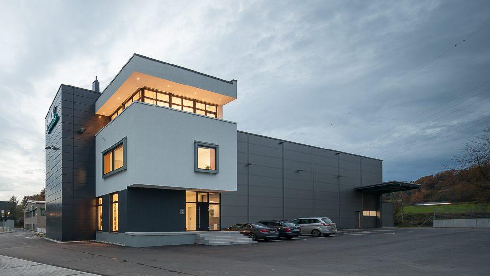 Sondermaschinenbau auch im neuen Firmengebäude von Holz Automation