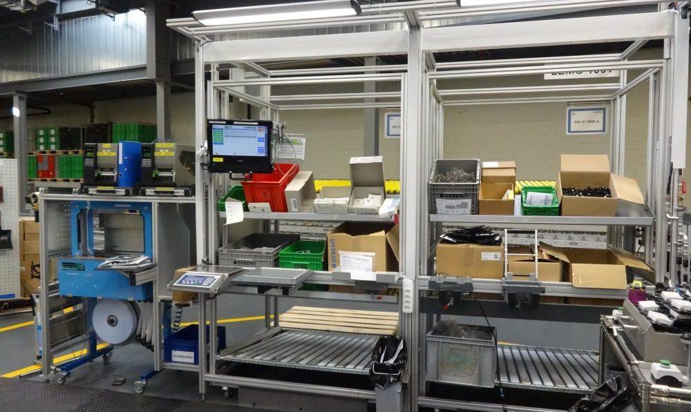 An den Handarbeitsplätzen, die ins MES integriert sind, werden spezielle Teile manuell komplettiert und automatisch gezählt.