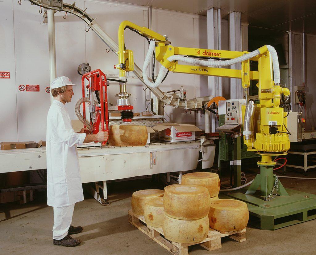 Lebensmittelindustrie - Handhabungsmanipulator mit Saugvorrichtung für Käselaibe