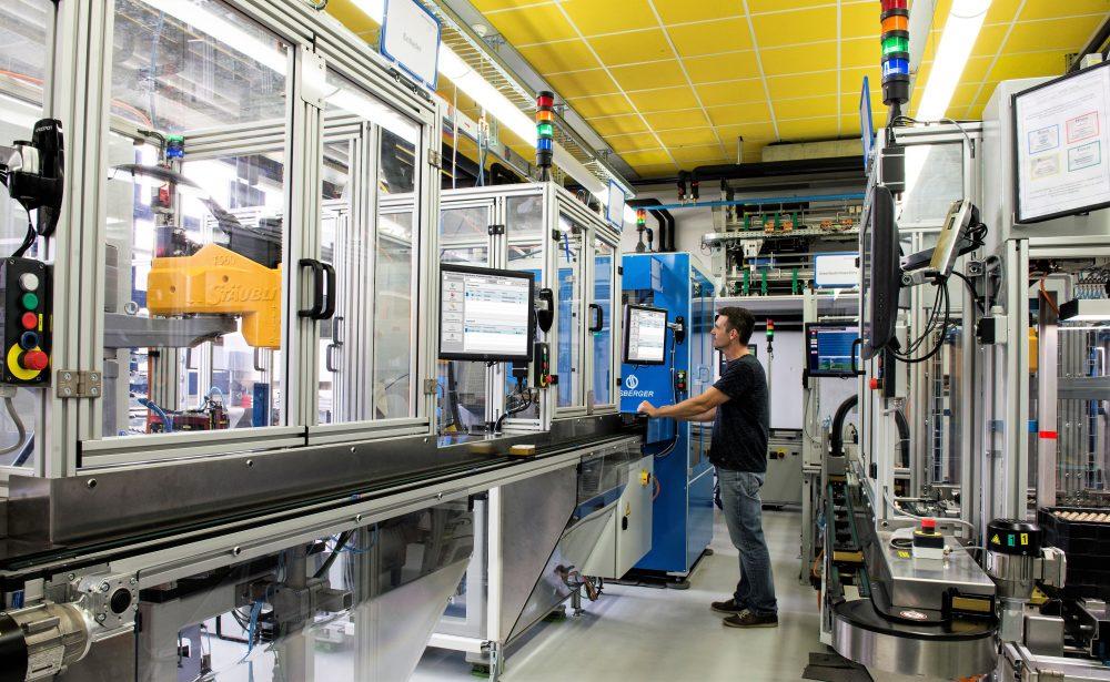 Automatisierte Produktionszelle: Das MES steuert auch die Zylinderinsertfertigung. (Bild: dormakaba Holding AG)