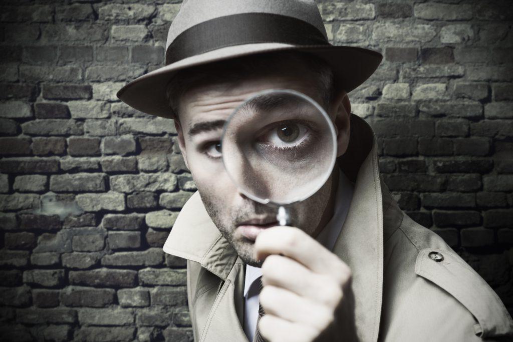 Rückverfolgbarkeit von Produkten - Seriennummer für jedes Einzelteil  - Bild zeigt einen Detektiv mit Lupe
