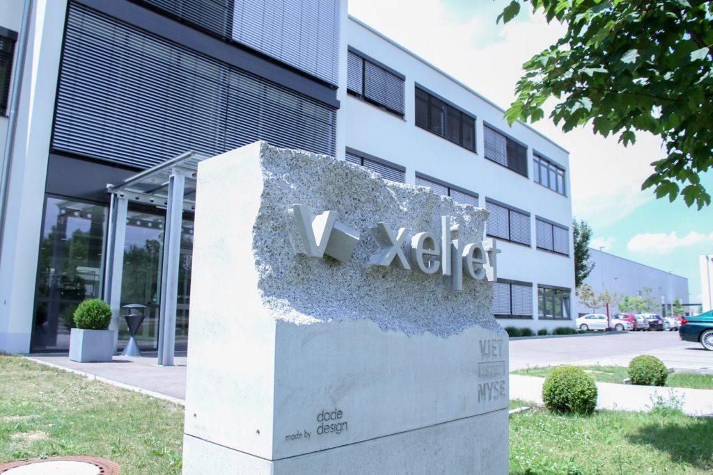 Voxeljet AG hat sein Logo mit 3D-Druck als Betonblock verewigt - Zusehen ist der Firmenstein nach dem Entfernen der konventionellen Schalung.