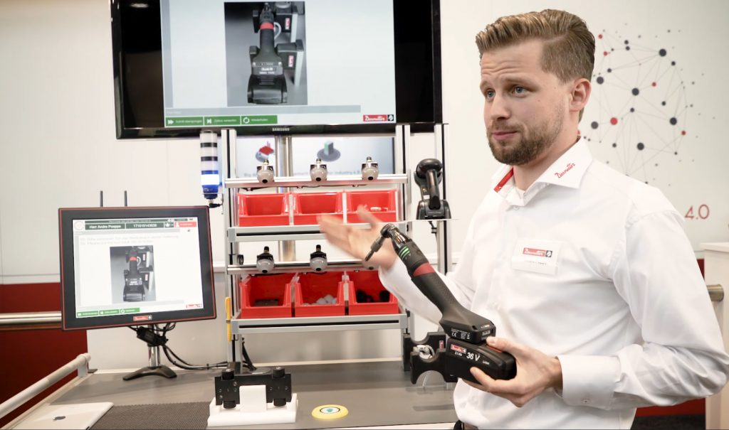 An der Montagelinie am Desoutter-Stand können Besucher ein Fahrzeug individuell konfigurieren und sich durch den Fertigungsprozess leiten lassen. (Bild: Desoutter GmbH)