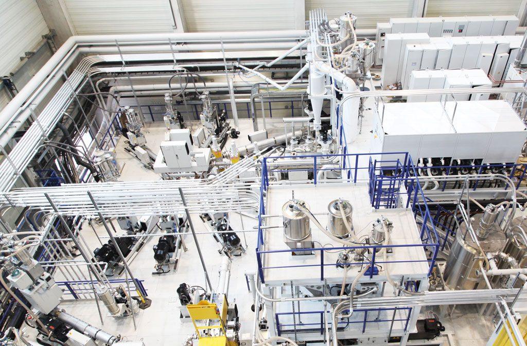 Die Komplexität einer Kunststoffextrusionsanlage merkt man den fertigen Erzeugnissen oft nicht an. Alleine ein Gefrierbeutel besteht aus fünf dünnen Kunststoffschichten.