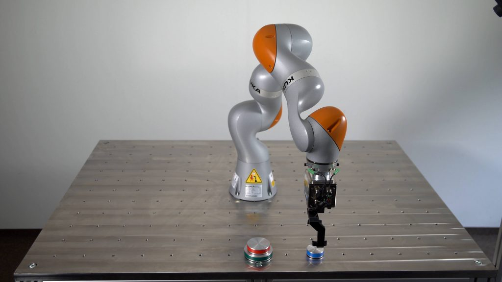 Im Robot Learning Lab des KIT können Studenten und Wissenschaftler über das Internet echte Industrieroboter steuern und so ihre Programme testen. (Bild: Karlsruher Institut für Technologie)
