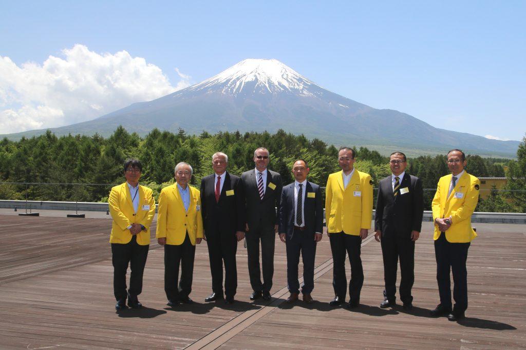 Große Ehre für Prof. Dr.-Ing. Jürgen Kletti (Dritter von links) und die MPDV-Delegation beim Besuch im FANUC Headquarter am Fuß des Mount Fuji durch Anwesenheit des FANUC-Gesellschafters Dr. Eng. Yoshiharu Inaba (Zweiter von links) (Bild: MPDV Mikrolab GmbH)