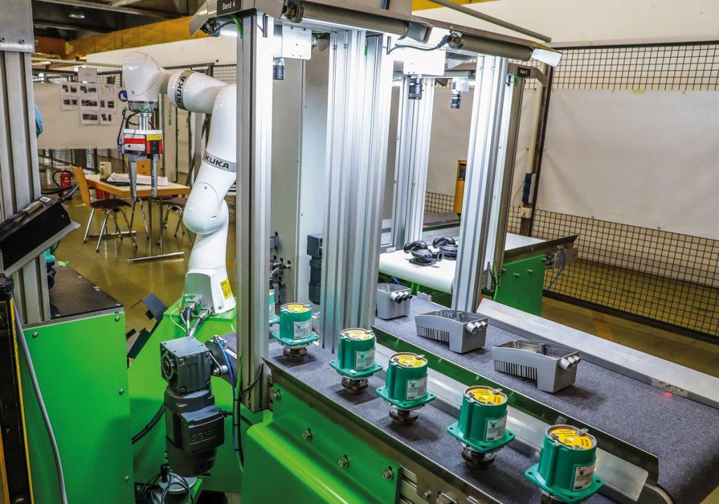 MRK-Roboter im Einsatz - Kuka LBR iiwa steht in einer praxisnahen Trainingszelle an der TU Dortmund.