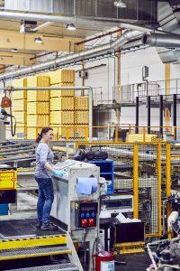 Schalungslösungen - Doka produziert jährlich etwa vier Millionen Quadratmeter Schalungsplatten, eine Million Deckenstützen, zehn Millionen laufende Meter Schalungsträger, 2,5 Millionen Unterstellungsrahmen und 180.000 Rahmenschalungselemente. (Bild: IAS Industrial Application Software GmbH)