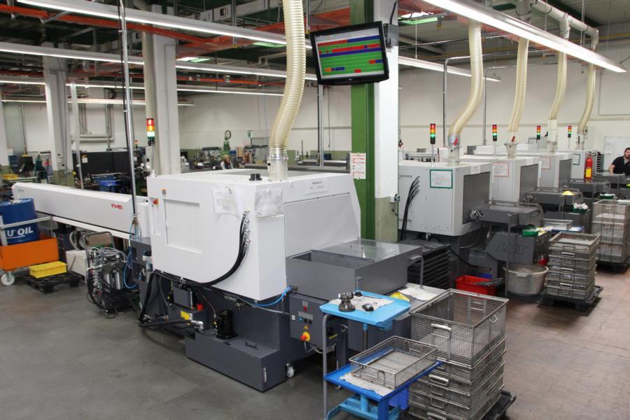 In jedem Bereich der Produktion ist ein großer Bildschirm angebracht, auf welchem der Status jeder Maschine auf einen Blick ersichtlich ist.