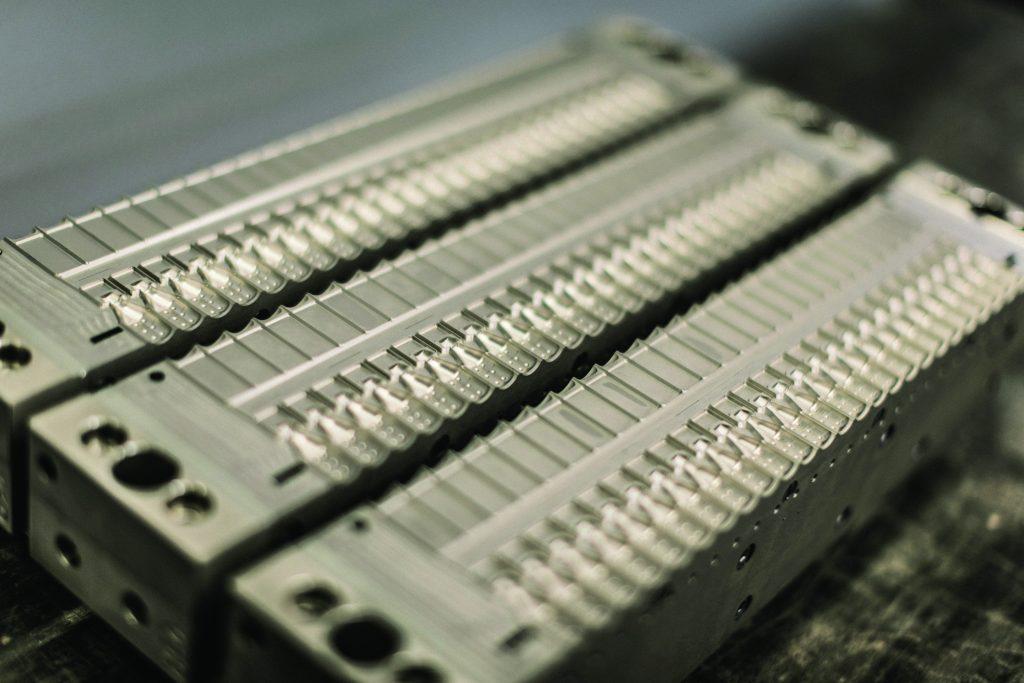 Im Werkzeugbau gefertigte Form für die Ampullenproduktion mit der Bottelpack-Anlage bp460 (Bild: Rommelag Engineering)