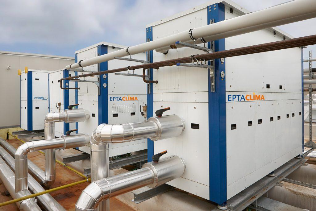Kühlgeräte konfigurieren - Ein Kühlsystem für den Lebensmittelgroßhandel besteht aus Lüfter, Kondensator und Präsentationsschränken.