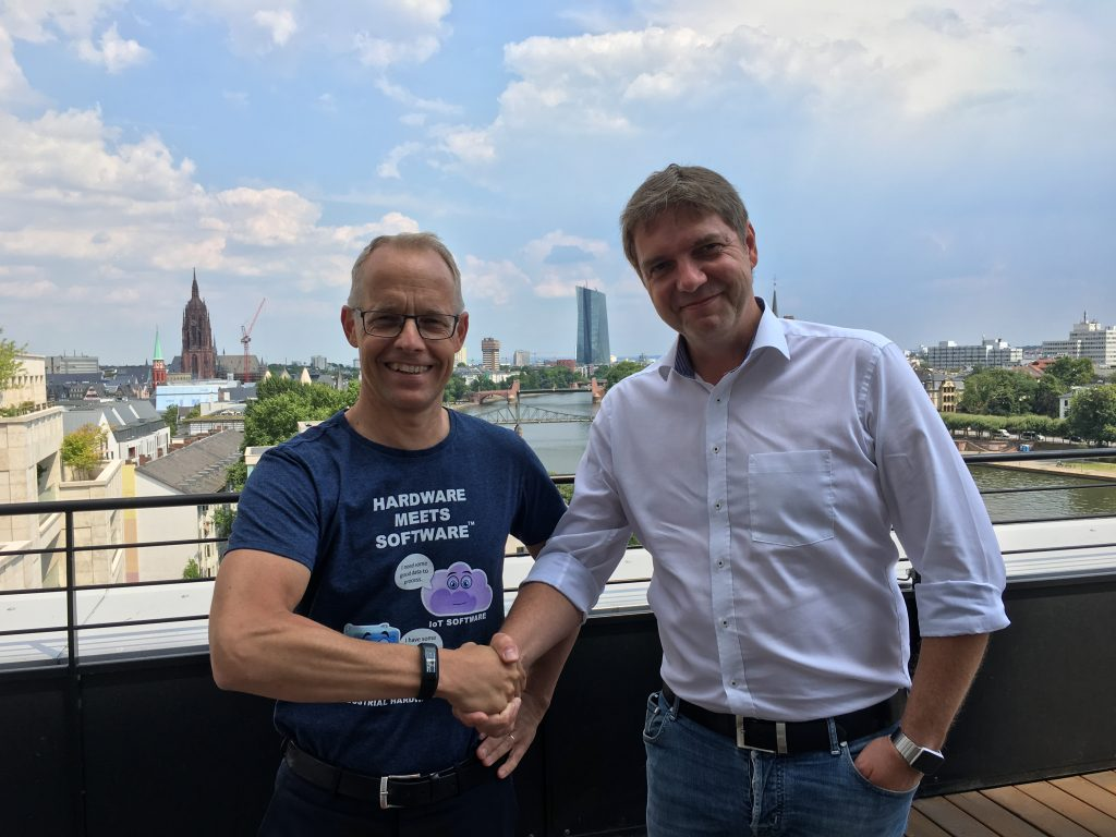 Links: Staffan Dahlström, CEO HMS Industrial Networks; Rechts: Thomas Schumacher, Geschäftsführer Beck IPC GmbH (Bild: HMS Industrial Networks GmbH)