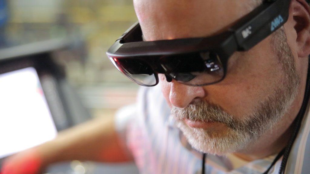 Mithilfe von Datenbrillen können Mitarbeiter unter anderem ihr Wissen und ihre Fähigkeiten erweitern. (Bild: AMA Xpert Eye GmbH Deutschland)