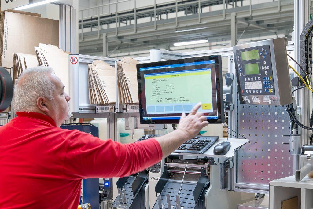 Schaeffler Technologies - Virtuelle Inbetriebnahme: Bevor Mitarbeiter die Lager nutzen, wird das Zusammenspiel von Anlage und Software per Emulation getestet. (Bild: Aberle GmbH)