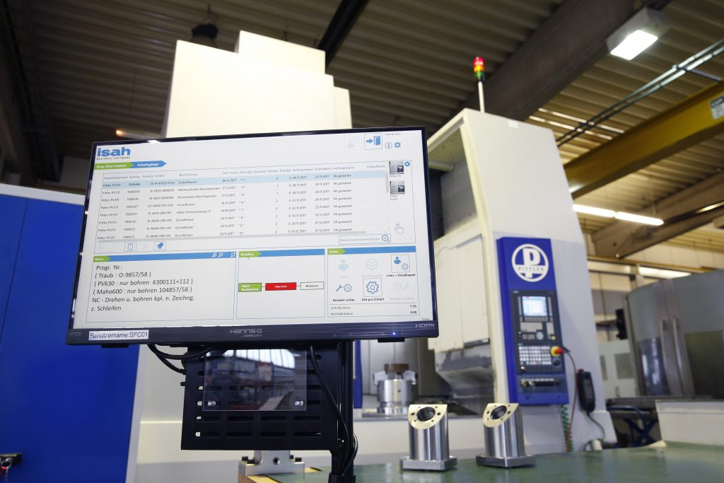 Im Werk werden alle Informationen zu den Fertigungsaufträgen auf Monitoren angezeigt. (Bild: Isah GmbH)