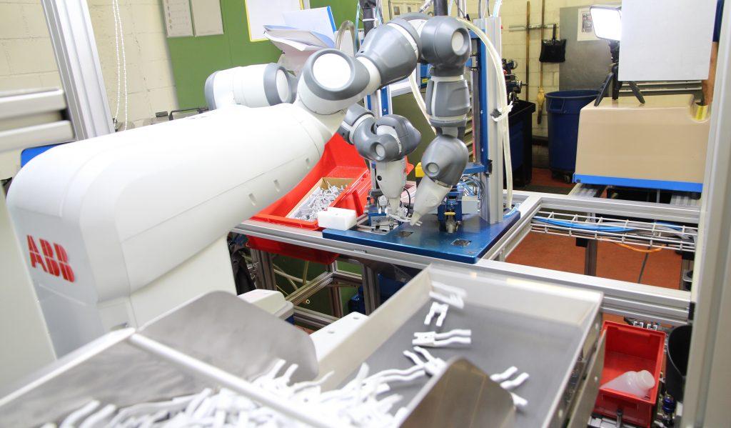 Zweiarmroboter übernimmtmonotone und belastende Aufgaben