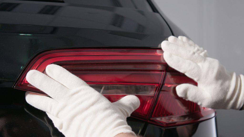 Mit dem Stratasys J750-Druckern stellt die Vorserienfertigung bei Audi in Ingolstadt vollständig transparente, mehrfarbige Deckgläser für Rückleuchten in einem einzigen Druckvorgang her.