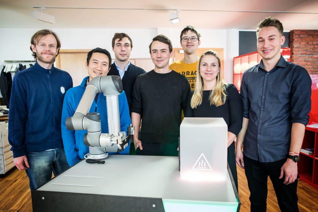 Intelligente Kleidung: Roboter steuern mittels Smart Wear | Das Wandelbots-Kernteam vor einen Demonstrator (Bild: Wandelbots GmbH)