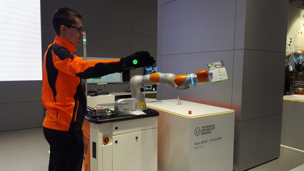 Intelligente Kleidung: Roboter steuern mittels Smart Wear