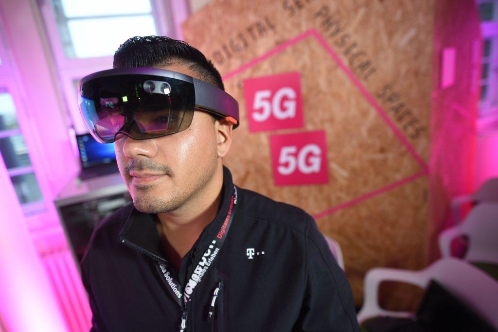 Augmented Reality könnte in Verbindung mit großer, mobil nutzbarer Bandbreite (5G) einer aus der Ferne moderierten Instandhaltung einen deutlichen Schub verleihen. (Bild: Deutsche Telekom AG)