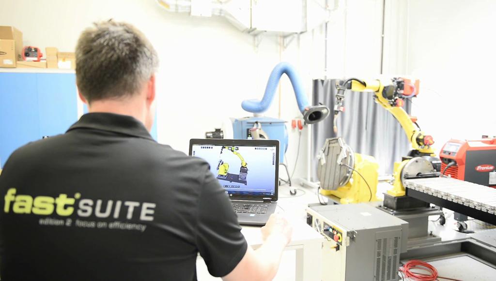 WAAM (Wire Arc Additive Manufacturing) 3D Metalldruck mit industrieller Roboterschweißtechnologie. In diesem Aufbau kann über geschickten Einsatz eines Dreh-/Kipptisches auf Stützstrukturen verzichtet werden.