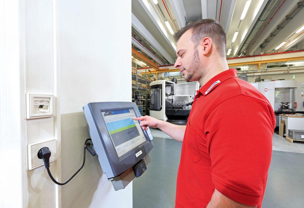 An 15 Noax-IPCs erfassen Werker ihre Daten. | Kieselmann GmbH - 14.000 Arbeitsgänge stets im Blick
