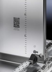 Alle Flachteile des VX25 sind mit einem QR-Code versehen. Damit lassen sich einzelne Teile des Schaltschranks einem bestimmten Projekt zuordnen. (Bild: Rittal GmbH & Co. KG)